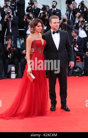 Venedig, Italien. 30 Aug, 2017. Venedig, Italien - 30. August: Luciana Barroso und Matt Damon zu Fuß den roten Teppich - Stockfoto
