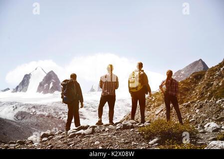Gruppe vier Freunde trekking Berge - Stockfoto