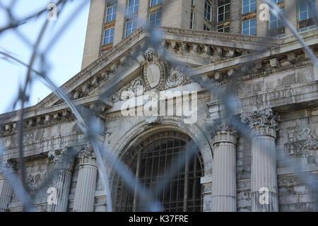 Die verlassenen Michigan Central Station, gesehen durch Einzäunen, Detroit, USA. - Stockfoto