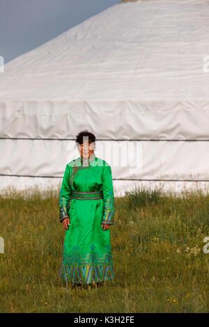 Die innere Mongolei, China-July 26, 2017: Unbekannter Mongolin mit ihrer traditionellen Kleidung vor ihrem Zelt - Stockfoto