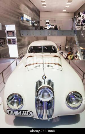 Deutschland, Bayern, München, BMW-Museum, Anzeige der Replik 1940 BMW 328 Touring Coupé - Stockfoto