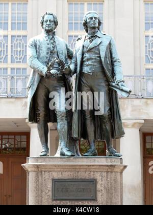 Goethe und Schiller Denkmal Vor dem Theater in Weimar. - Stockfoto