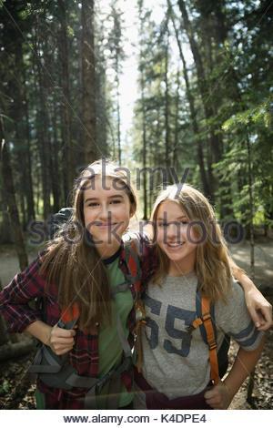 Portrait zuversichtlich, lächelnd Jugendmädchen Freunde wandern in Holz - Stockfoto