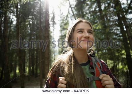 Lächelnd, zuversichtlich Teenage brunette Mädchen wandern in Holz - Stockfoto