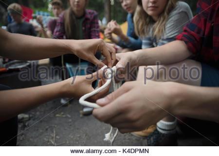 Lehrer Unterricht Teenager outdoor Schüler von Knoten im Seil auf dem Campingplatz - Stockfoto