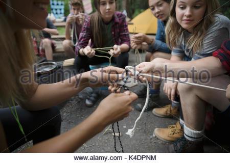 Lehrerin Unterricht Teenager outdoor Schüler von Knoten im Seil auf dem Campingplatz - Stockfoto