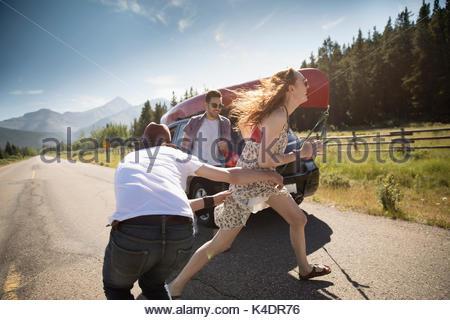 Verspielter Freunde an sonnigen Landstraße, genießen Sommer road trip - Stockfoto