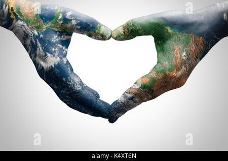 Die Hände der jungen Frau, die ein Herz mit einer Weltkarte (von der NASA ausgestattet) - Stockfoto