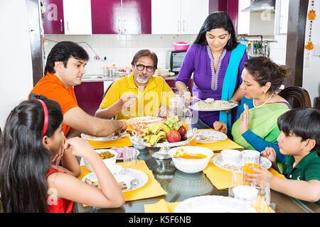 Große Familie Esstisch essen Frau das Essen Abendessen Speisesaal - Stockfoto