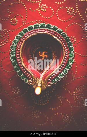 Foto der schönen Diwali diya, über dekorative Hintergrund isoliert, stimmungsvolle Beleuchtung und selektiven Fokus - Stockfoto