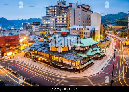 Matsuyama, Japan Stadt Skyline bei Dogo Onsen Badehaus. - Stockfoto