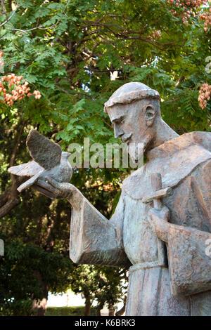 Sibenik, Kroatien - 18. August 2017: öffentliche Statue des Heiligen Franz von Assisi Holding eine Taube und ein - Stockfoto