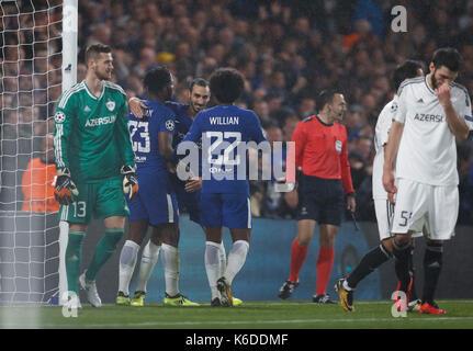 London, Großbritannien. 12 Sep, 2017. Michy Batshuayi (2 L) von Chelsea feiert mit Mannschaftskameraden nach zählen - Stockfoto