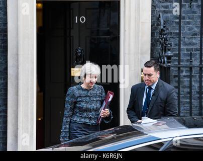 London, Vereinigtes Königreich. 13. September 2017. Premierminister Theresa May Blätter 10 Downing Street für das - Stockfoto