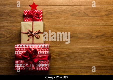 Weihnachtsbaum aus schön verpackt präsentiert auf Holz- Hintergrund, Ansicht von oben - Stockfoto