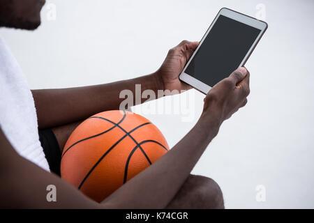 Spieler, Basketball, während die digitale Tafel auf der Terrasse - Stockfoto