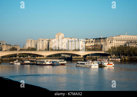 Ein Blick auf die Waterloo Bridge und Shell-mex Gebäude von South Bank, London, England - Stockfoto