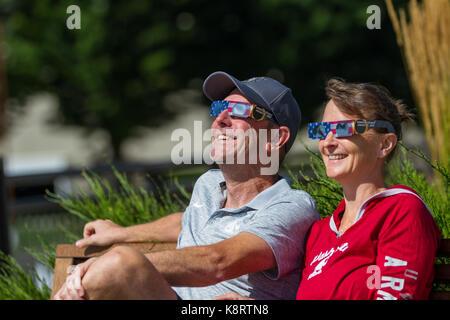 Coeur d'Alene, Idaho - 21. August: Paar genießt die zusammen Eclipse. 21. August 2017, Coeur d'Alene Idaho. - Stockfoto
