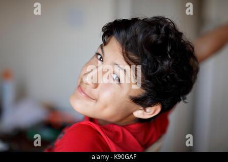 Junge teen boy Hausaufgaben auf seinem Computer - Stockfoto