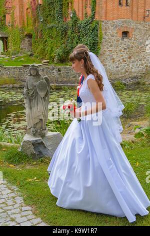 Schöne und glückliche junge Braut und Bräutigam in Wedding Dress an einem sonnigen Tag. ukrainischen Hochzeit, Kultur, - Stockfoto