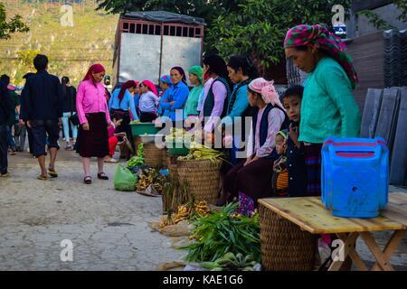HA GIANG, VIETNAM - November 08, 2015: Frau in der ethnischen Hmong Messe in Ha Giang, Vietnam. Ha Giang beheimatet - Stockfoto