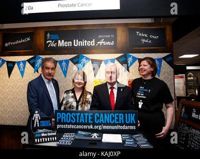 Brighton, Großbritannien. 26 Sep, 2017. Die Labour Party Schatzkanzler John McDonnell (2. R) stellt mit Ausstellern - Stockfoto
