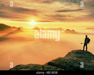 Mann Silhouette mit Stöcken in der Hand. Sonnige Frühling Tagesanbruch und Reiseführer Aufenthalt auf scharfe Klippen - Stockfoto