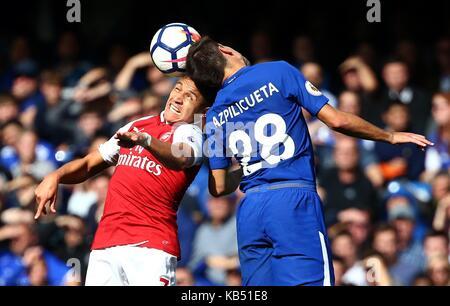 Cesar Azpilicueta von Chelsea mias Für die Kugel mit Alexis Sanchez von Arsenal in der Premier League Spiel zwischen - Stockfoto