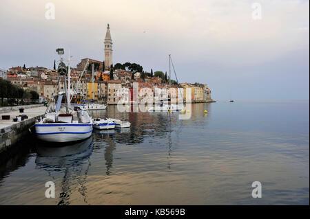 Kroatien, Dalmatien, Adriaküste, der Stadt Rovinj von der Kirche des Hl. dominiert. eufemia im barocken Stil - Stockfoto