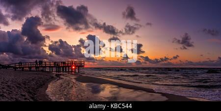 Panoramablick auf das Bild von einem Sonnenuntergang über dem Meer Strand in sarbinowo, Ostsee, Polen - Stockfoto