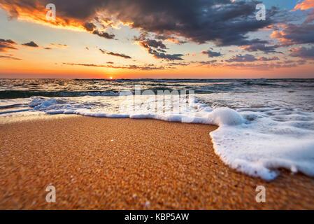 Wunderschönen Sonnenaufgang über den tropischen Strand. - Stockfoto