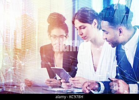 Unternehmer im Büro mit Netzwerk Wirkung. Konzept der Partnerschaft und Zusammenarbeit. - Stockfoto