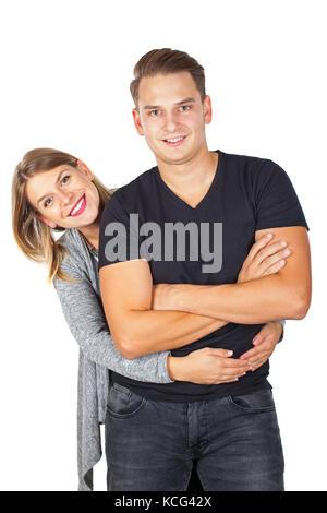Nettes junges Paar im casual Outfit umarmen eine Posing auf isolierten Hintergrund - Stockfoto