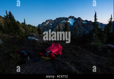 Ein einsamer Wanderer sieht bis zu den septimus/Rousseau massiv und es hängenden Gletscher beim Camping Übernachtung - Stockfoto