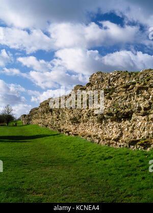 Silchester römischen Stadtmauer, Hampshire: Blick SW entlang der Außenseite des SE-Wand, deren Kern aus Feuerstein - Stockfoto