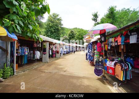 Kanchanaburi, Thailand - Juli 7, 2017: Thai lokalen Markt entlang der Straße zur krasae Höhle oder der Tod Rail - Stockfoto
