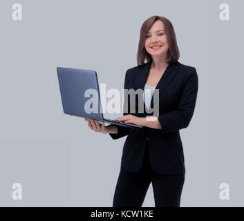 Schöne Geschäftsfrau hält den Laptop. - Stockfoto