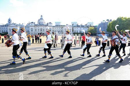 London, Großbritannien. 8. Oktober 2017. Die hammersmith Morris Männer tanzen Vergangenheit horseguards Parade. - Stockfoto