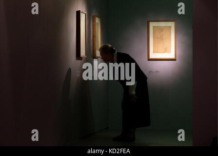 Moskau, Russland. 9. Okt. 2017. Eine Frau besucht eine Ausstellung mit Zeichnungen der österreichische Maler Gustav - Stockfoto