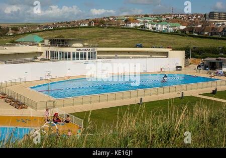 Neu art deco Lido (Freibad) an saltdean in der Nähe von Brighton, East Sussex, England. mit Menschen. - Stockfoto