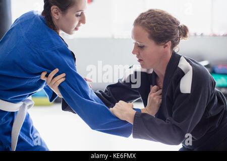 Schwerpunkt Frauen üben Judo in der Turnhalle - Stockfoto