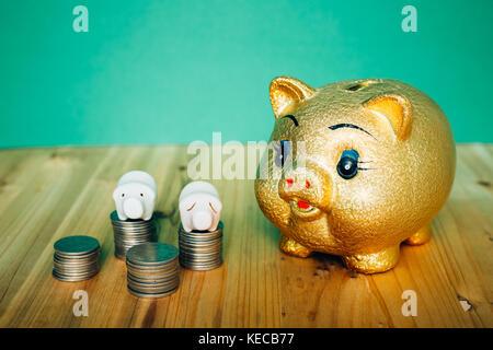Goldene Sparschwein und koreanischen Geld Münzen auf hölzernen Schreibtisch - Stockfoto