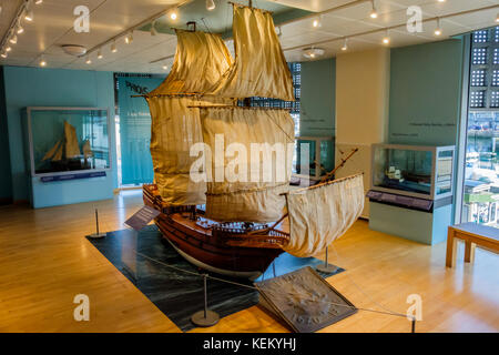Modell der Mayflower, mit der Mayflower Museum, The Barbican, Plymouth, Devon, Großbritannien - Stockfoto