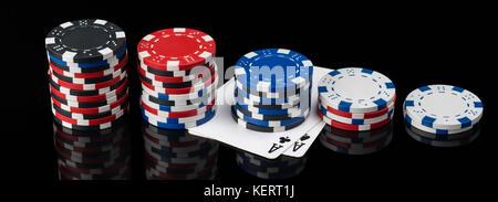Chips und Karten liegen in der Länge auf einem schwarzen Hintergrund mit Reflektion - Stockfoto
