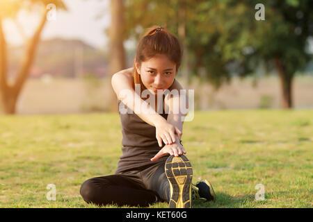 Athletische Frau Asien Aufwärmen und junge Athletin auf einem Training und Stretching in einem Park vor dem Runner - Stockfoto