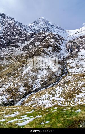 Wasserfall auf Afon (Fluss) Glaslyn vom See Glaslyn unterhalb des Gipfels des Mount Snowdon gesehen von der Bergleute - Stockfoto