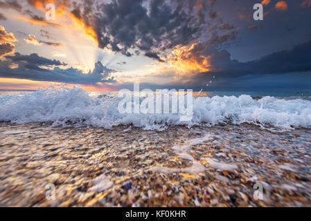 Magic Sunrise über Meer. Golden Sands und dramatischen Himmel. - Stockfoto