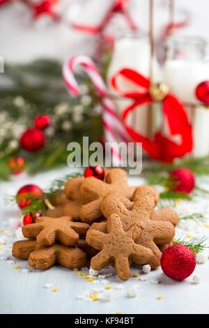 Haufen Schneeflocke geformte Lebkuchen cookies mit Weihnachtsschmuck - Stockfoto