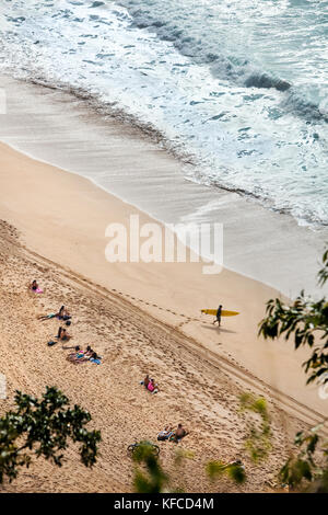 Hawaii, Oahu, North Shore, Personen die Zeit am Strand von Waimea Bay - Stockfoto