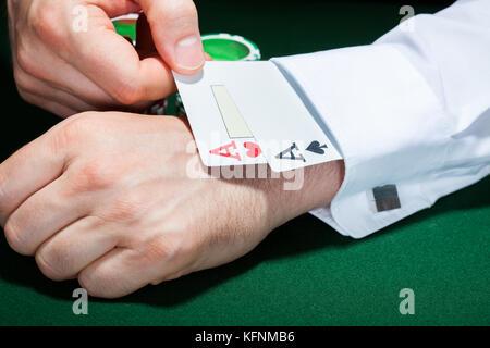 Nahaufnahme der menschlichen Hand mit Karten in der Hülse - Stockfoto